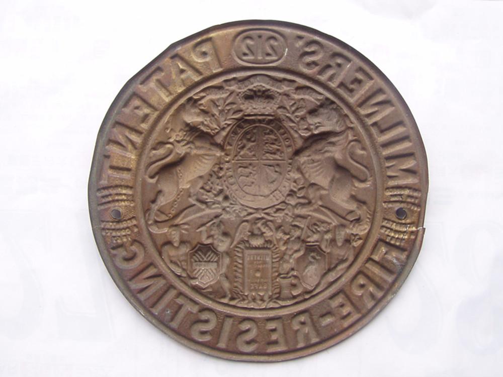 5厘米)   上海早期救火会铜质牌(直径:13.5厘米).售价:1200圆