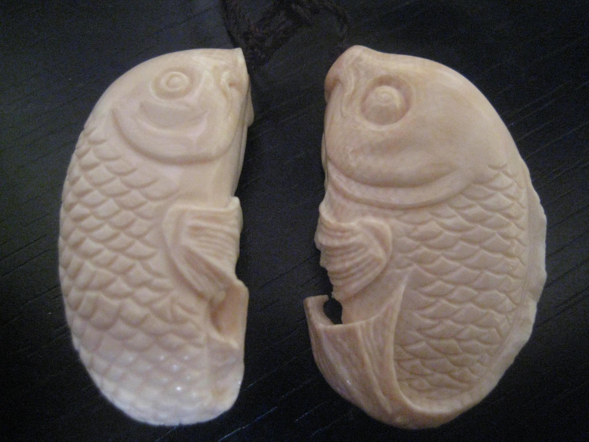 古玩竹木雕漆器 → 立体双面精雕象牙小鱼儿